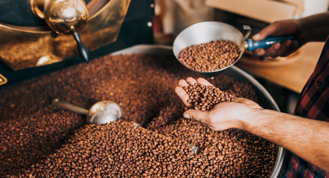 Beruf Kaffeeröster bei der Röstung von Kaffee