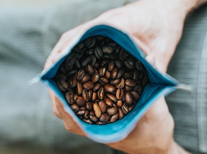kaffeetüte mit kaffeebohnen