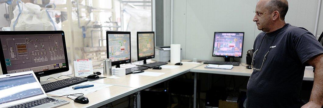 Die computergesteuerten Prozesse werden von einem erfahrenen Röstmeister kontrolliert