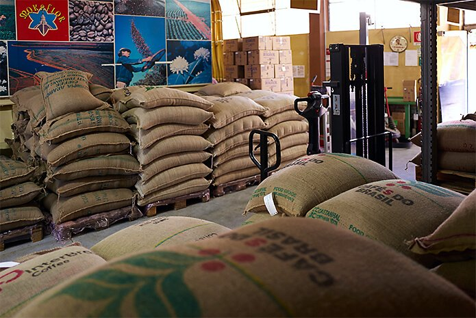 kaffeesäcke bei der rösterei mokaflor