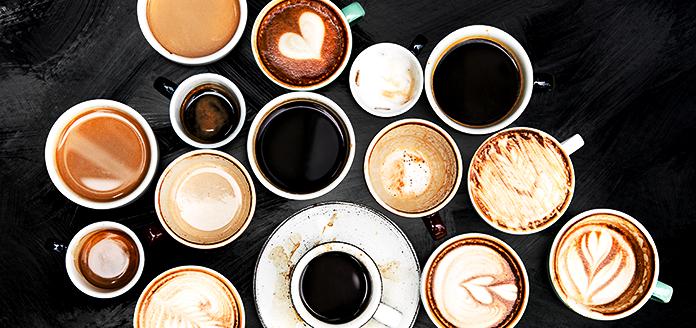 verschiedene kaffeetassen auf tisch