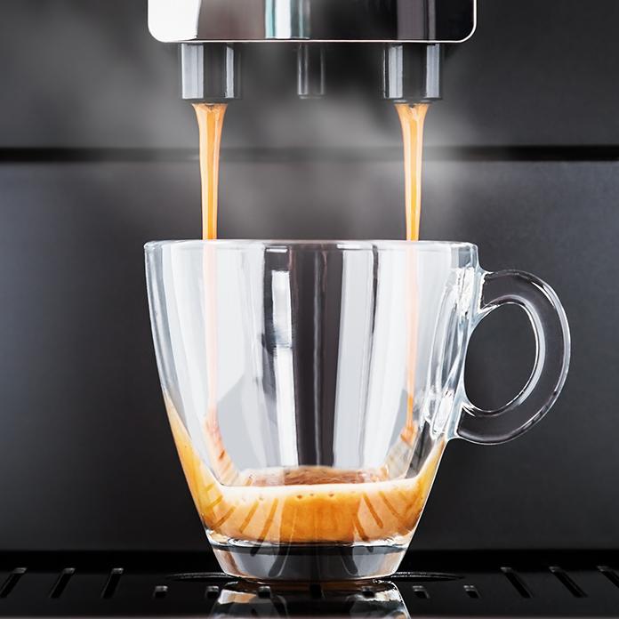 kaffeetasse in einem kaffeevollautomat