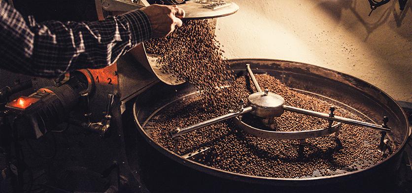 Kaffeebohnen werden per Trommelröstverfahren geröstet
